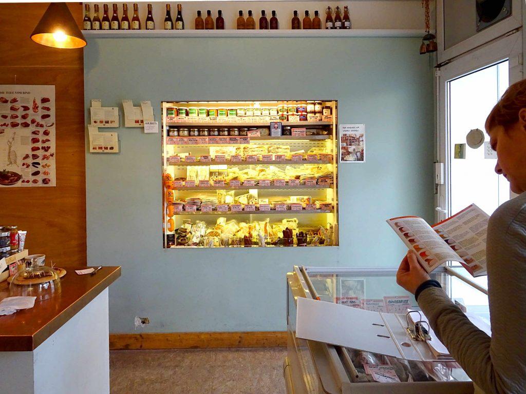 Die Fleischhandlung Baumgart und Braun in Berlin erinnert weniger an eine Metzgerei, als eine Kunstgalerie.