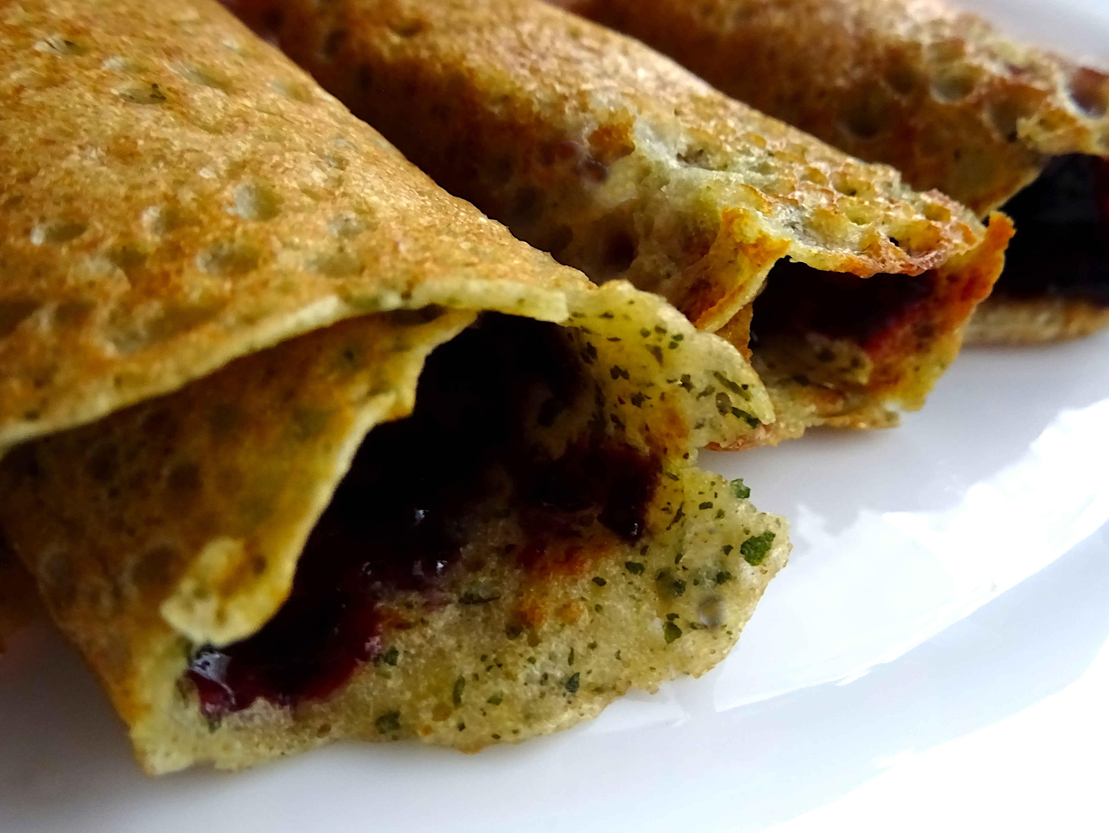 Glutenfreies Frühstück mit glutenfreien Pfannkuchen und Heidelbeergelee