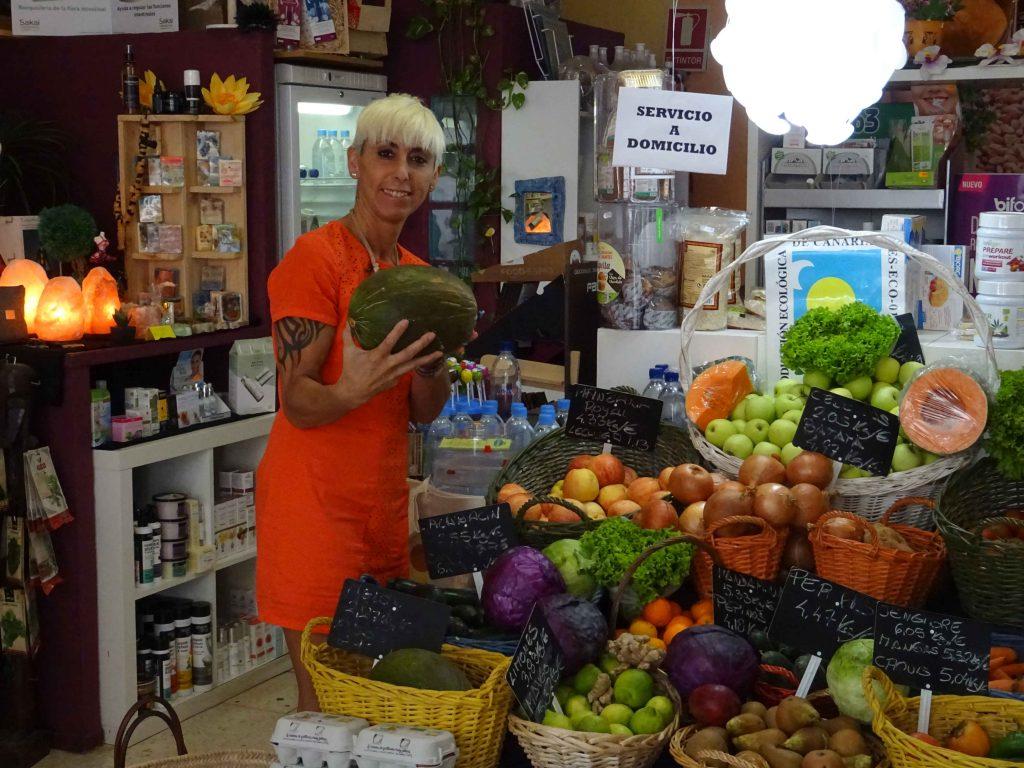 La Botika de la Salud in Los Christianos - Inhaberin Tere mit Melone im Arm.